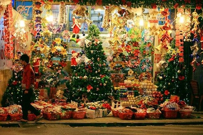Nằm tại đường Hải Thượng Lãn Ông (quận 5), phố người Hoa là khu vực bán đồ Giáng Sinh nổi tiếng ở TP.HCM. Ghé thăm nơi này, bạn sẽ cảm nhận rõ rệt không khí Noel đang bao phủ khắp nơi với có thể mua những món đồ có màu sắc rực rỡ, đủ chủng loại. AEON Mall Tân Phú (Q.Tân Phú)
