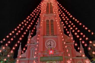 Khắp phố phường Sài Gòn đã khoác lên mình những chiếc áo rực rỡ sắc màu để chuẩn bị cho mùa lễ hội cuối năm. Không khí Giáng sinh tràn ngập mọi ngóc ngách của thành phố.