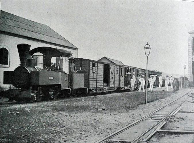 Trong hoạt động chuyển phát giữa hai đầu Nam - Bắc của Việt Nam thời thuộc địa, đường sắt giữ vai trò chủ đạo, với các tuyến đường kéo dài từ Lạng Sơn cho đến Mỹ Tho. Ảnh: Belle Indochine.