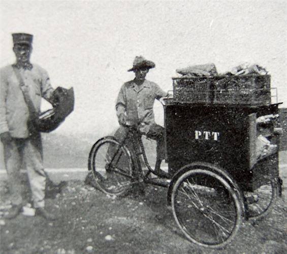 Ở bên trong các đô thị, việc chuyển phát bưu phẩm được thực hiện bằng xe đạp chuyên dụng, như trong bức ảnh này. Ảnh: Belle Indochine.