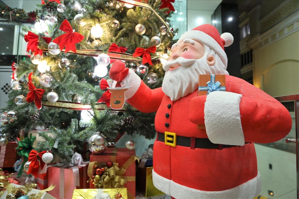 Dù còn hơn 10 ngày nữa mới đến Noel nhưng hình ảnh ông già Noel đã xuất hiện ở nhiều tòa nhà, trung tâm thương mại TPHCM. Ảnh: Trường Sơn