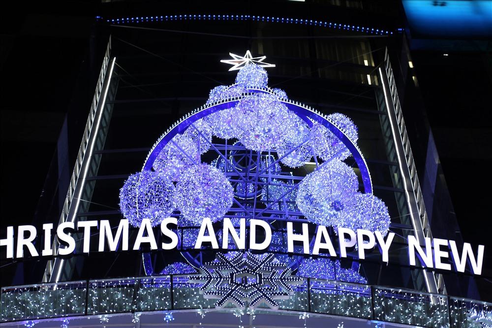 Cây thông Noel đầy màu sắc trên một tòa cao ốc. Ảnh: Trường Sơn