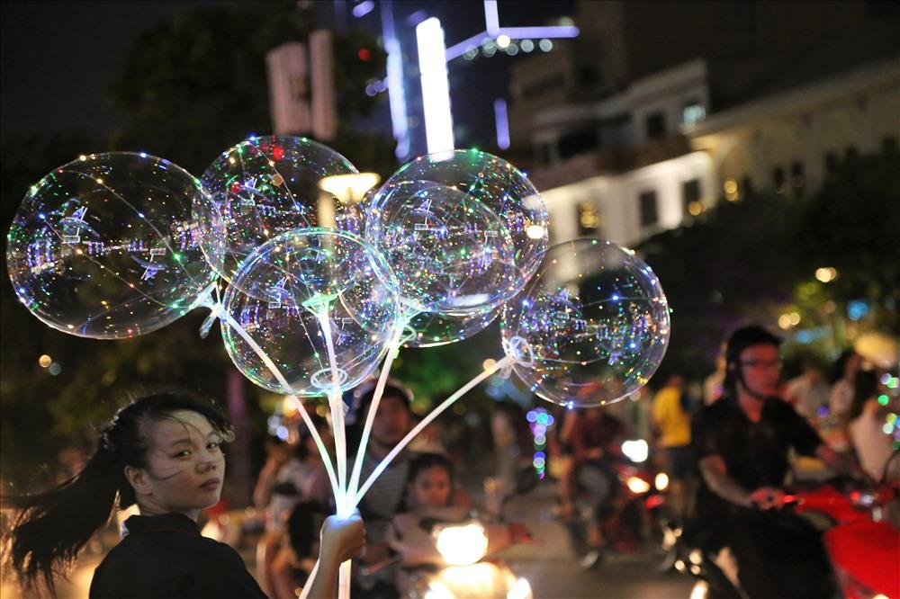 Giáng sinh, năm mới cũng là dịp để người dân Sài Gòn kiếm thêm thu nhập tại các địa điểm công cộng bằng các mặt hàng lưu niệm. Ảnh: Trường Sơn