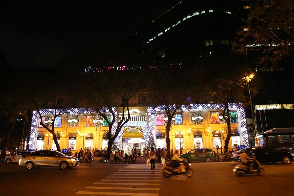 Trung tâm thương mại Diamond Plaza trên đường Lê Duẩn dịp này được trang trí rực rỡ. Ảnh: Trường Sơn