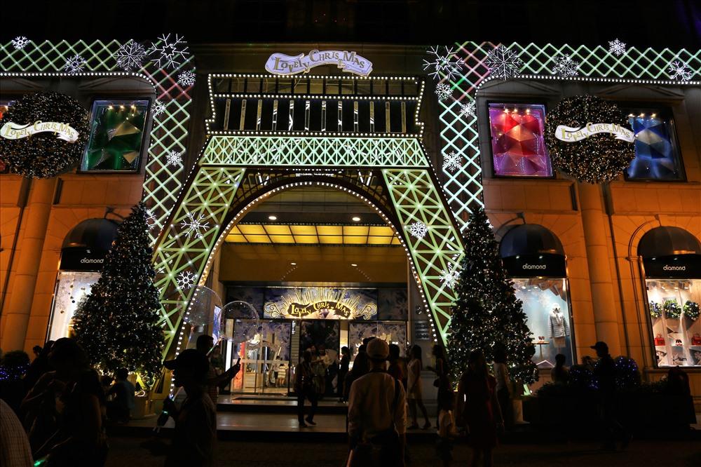 Vốn là trung tâm thương mại có tiếng ở Sài Gòn nên năm nào ở đây cũng được trang trí bắt mắt, thu hút hàng nghìn người đến tham quan. Ảnh: Trường Sơn