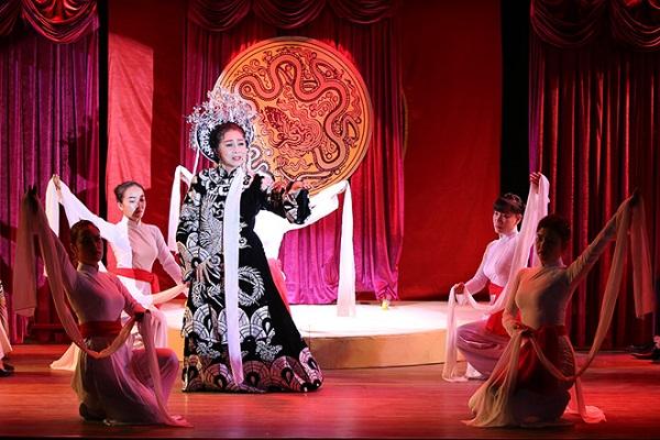 NSND Bạch Tuyết diễn trích đoạn Thái hậu Dương Vân Nga trong cảnh 2 của vở Đêm hoa lệ.