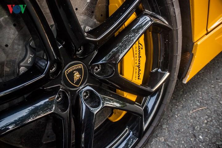 Lamborghini Aventador sử dụng động cơ V12 công suất 690 mã lực và mô-men xoắn 690Nm. Xe có thể tăng tốc 0-100km/h trong 2,8 giây và tốc độ tối đa 350km/h