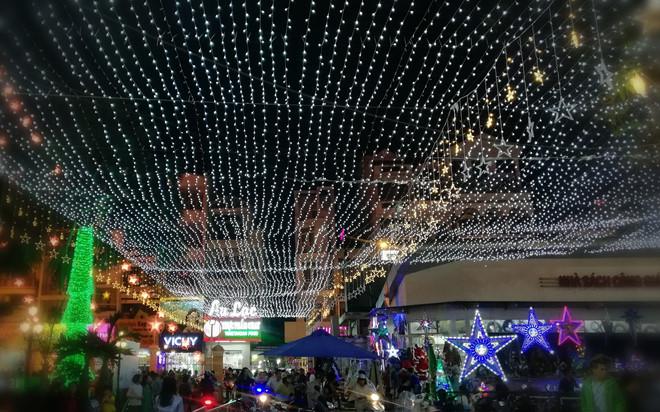 Từ các trung tâm thương mại sầm uất đến những con hẻm nhỏ đều trang hoàng đèn hoa rực rỡ. Qua ống kính của Huawei nova 2i, phố thị được khắc hoạ đầy màu sắc, lung linh dưới hàng trăm nghìn ánh đèn nhấp nháy.