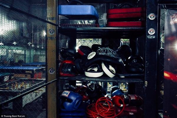 Các dụng cụ hỗ trợ để tập luyện MMA như: Găng tay, dây nhảy... được cất trong tủ đồ của CLB