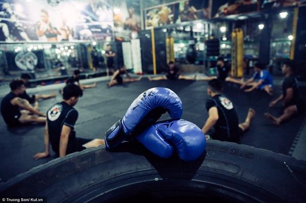 """Bạn Hoàng Tín chia sẻ, """"Một tháng em phải trả 500 ngàn tiền học phí, găng tay em mua 500 ngàn, khăn quấn tay 70 ngàn. Chi phí để tập luyện MMA cũng khá đắt so với các môn khác.""""."""