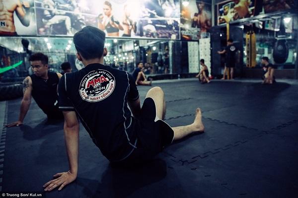 """""""Những người mới tập MMA gặp rất nhiều khó khăn, bởi họ không có độ dẻo để thực hiện các pha ra đòn nhanh và chuẩn xác. Vì thế họ phải cần tích cực và chăm chỉ tập thể lực"""", anh Hải nói thêm."""