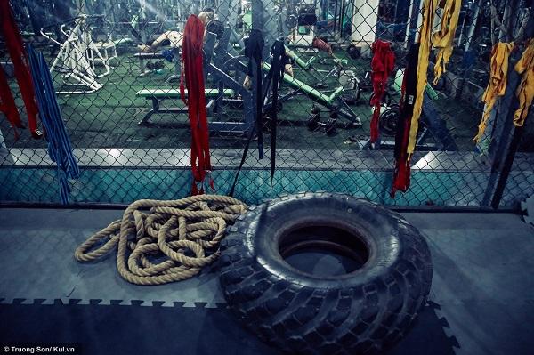 """Song song việc tập các bài tập cơ bản, các học viên cũng phải rèn luyện thể lực bằng các vỏ bánh xe hay dây thừng... HLV Xuân Hải cho biết: """"MMA là một môn tổng hợp, vì thế thể lực là yếu tố rất quan trọng đối với người tập luyện bộ môn này."""""""