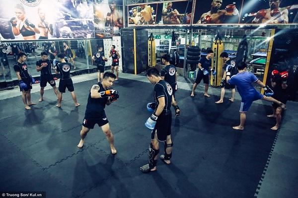 """Đây cũng là suy nghĩ của bạn Nguyễn Văn Lực (22 tuổi, sinh viên trường ĐH TDTT), người đã có kinh nghiệm tập luyện MMA gần 4 năm. """"Em thường xuyên tới tập MMA chủ yếu là gặp gỡ, giao lưu với các anh em có cùng đam mê, tập môn này còn giúp cho em rèn luyện sức khỏe… Nhìn mọi người tập em cũng thấy vui lây, đây cũng là động lực giúp em hằng ngày tới CLB của anh Hải để tập luyện""""."""