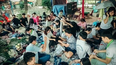 Các CLB, đội, nhóm tình nguyện chuẩn bị quà để tặng những mảnh đời khó khăn (Tấn Hiệp)