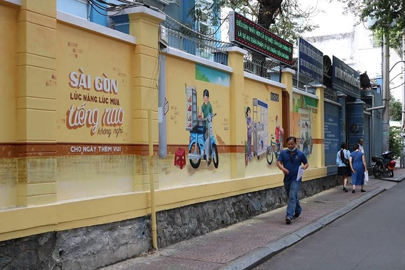 Dù có hiện đại thế nào đi chăng nữa thì Sài Gòn vẫn còn đó tiếng rao mỗi ngày, những gánh hàng rong, xe nước mía... Ảnh: LA HIÊN