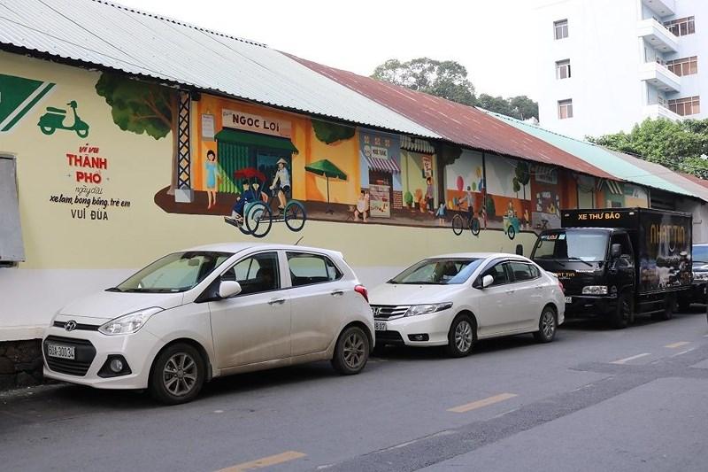 Những bức tranh tái hiện về một Sài Gòn giản đơn, những chiếc xích lô, những quán cà phê cóc trên đường Lý Văn Phức... Ảnh: LA HIÊN