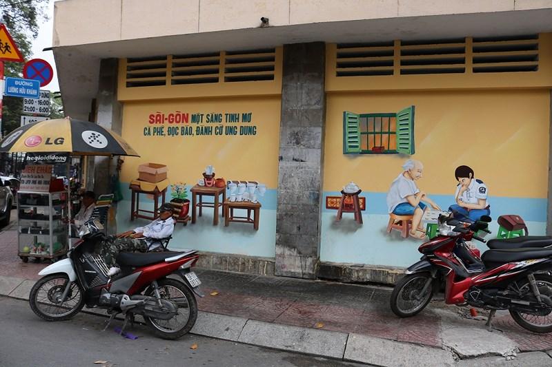 Hai bức bích họa nằm ở góc đường Bùi Thị Xuân - Lương Hữu Khánh như nhắc nhở chúng ta hãy sống chậm lại giữa nhịp hối hả của Sài Gòn hiện đại như ngày nay... Ảnh: LA HIÊN