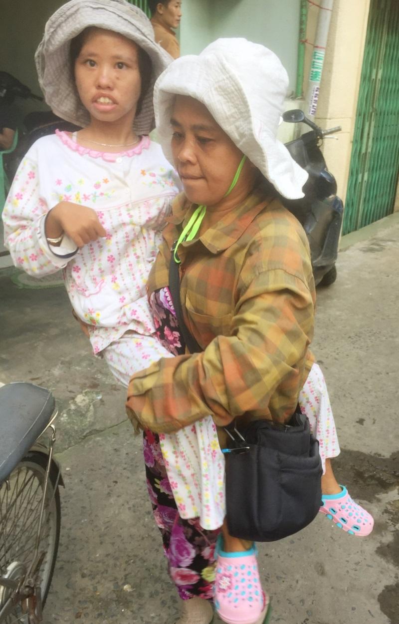 Hành trình kiếm cơm khó nhọc của hai mẹ con - Ảnh: Internet