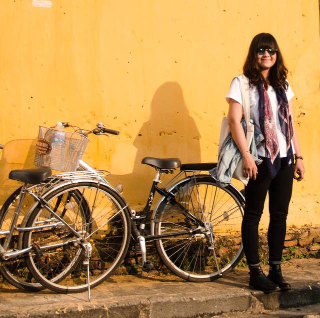 Đặng Dung bên bức tường màu vàng đặc trưng của phố Hội - Ảnh do nhân vật cung cấp
