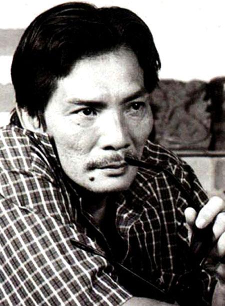 Diễn viên Thương Tín trong vai tướng cướp Bạch Hải Đường trong 1 bộ phim.