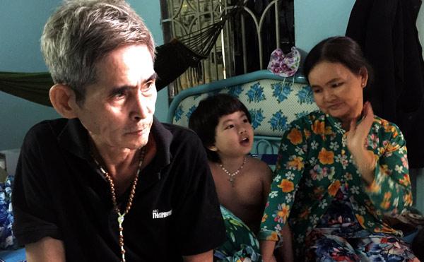 Ông bà ngoại và Lucie tại nhà.