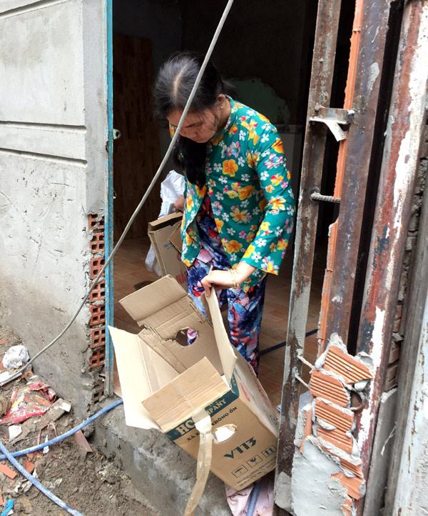 Chị Huỳnh Thị Phượng (49 tuổi), vợ ông Phước, hàng ngày bán vé số và nhặt thêm phế liệu để có thêm thu nhập nuôi cháu.