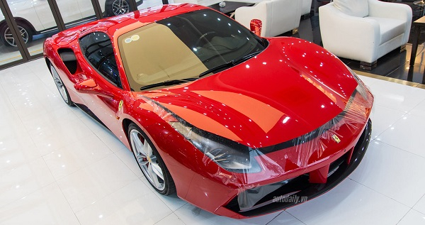 Siêu xe Ferrari 488 GTB của Tuấn Hứng được phủ gốm.