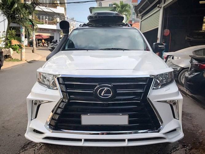 """Trước đó, cũng có nhiều chiếc Fortuner được độ theo phong cách Lexus khác điển hình là chiếc Toyota Fortuner đời 2015 trở nên khác lạ sau khi """"qua tay"""" của một xưởng độ tại Sài Gòn. Phần đầu xe giống Lexus LX570, với lưới tản nhiệt rộng hình đồng hồ cát, cùng đèn sương mù chữ L hai bên. Logo chính giữa gắn thương hiệu xe sang Lexus."""