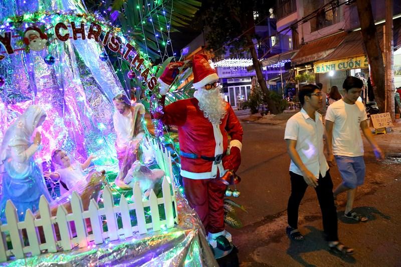 Khắp các tuyến đường của xóm đạo Tân Phú tràn ngập không khí Giáng sinh với mô hình hang đá và ông già Noel.