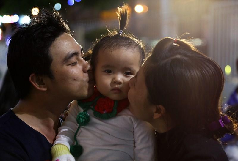 Cả nhà trao nhau những nụ hôn trong đêm Noel.