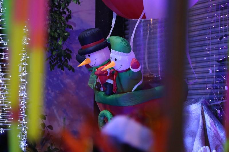 Những hình ảnh ông già Noel được trang trí khắp nơi làm cho không khí Noel thêm ngập tràn khu xóm đạo. HOÀNG