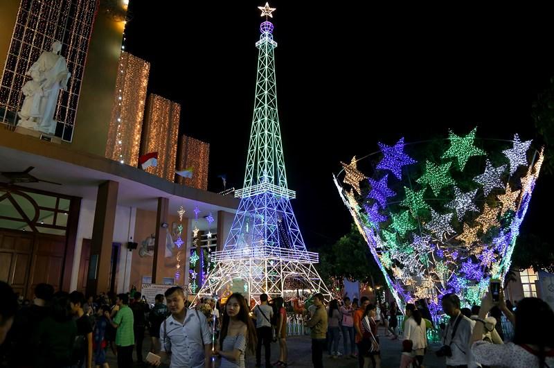 Còn một ngày nữa mới đến lễ Giáng sinh nhưng nhiều người dân sống tại TP.HCM đã tranh thủ tìm đến xóm đạo Tân Phú để đón Noel sớm.