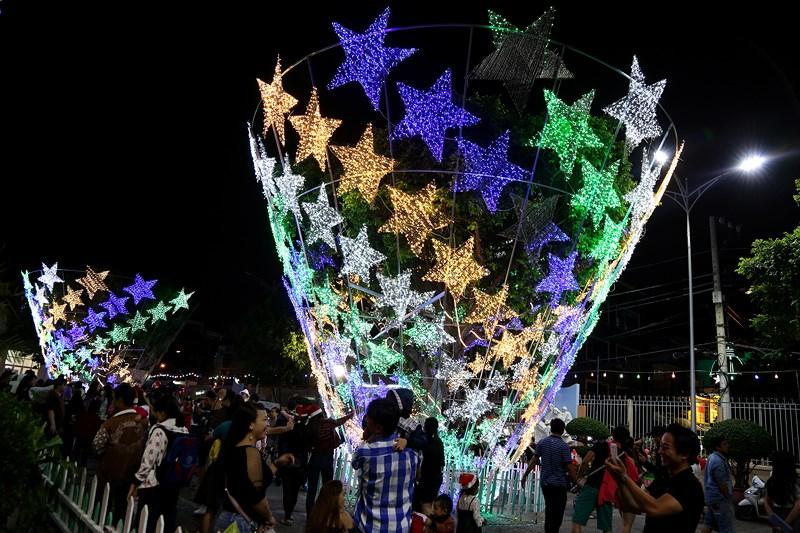 Mô hình cây thông Noel đầy màu sắc gây chú ý khi đến nhà thờ Tân Phú.