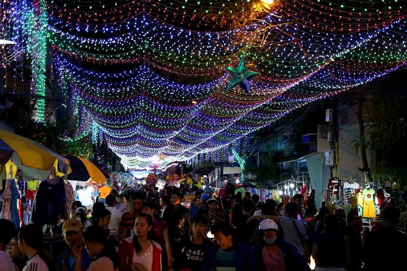 Không chỉ có hang đá, cây thông, xóm đạo Tân Phú còn có những con đường đèn lung linh màu sắc với lối trang trí đẹp mắt và hoành tráng bậc nhất Sài Gòn.