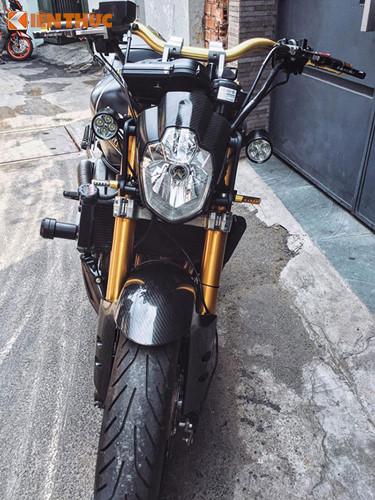 Dàn đầu của mẫu xe môtô Honda Hornet độ siêu ngầu với bộ đèn pha góc cạnh theo phong cách Streetfighter, cặp đèn LED L4 siêu sáng hỗ trợ tốt cho những chuyến tour đêm và cặp đén xi-nhan Barracuda, cùng với đó là cặp phuộc Upside-down từ Kawasaki ZX-10R.
