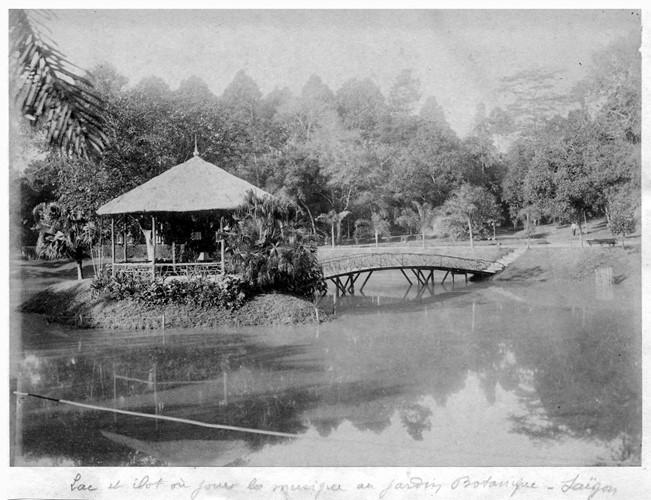 Hồ nước và tiểu đảo trong Thảo Cầm Viên Sài Gòn. Ảnh tư liệu.