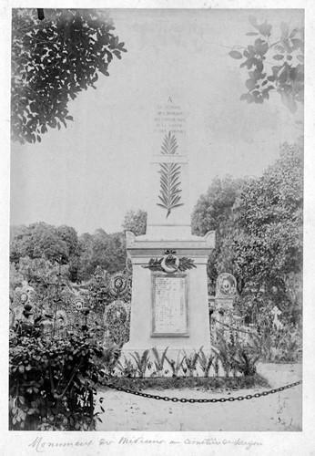 Mộ một quân y sĩ Pháp trong nghĩa trang Mạc Đĩnh Chi (nay là công viên Lê Văn Tám). Ảnh tư liệu.