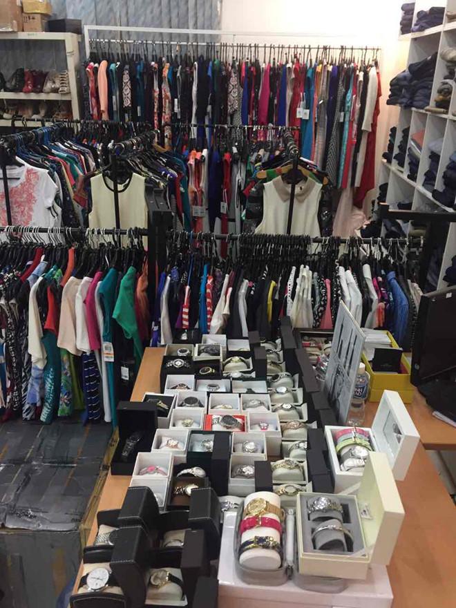 Sản phẩm được trưng bày theo khu vực riêng để khách hàng thoải mái lựa chọn.