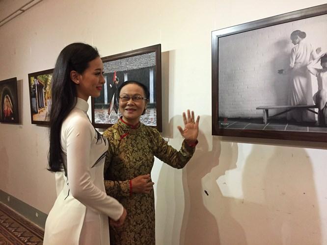 """Quán quân """"Duyên dáng áo dài 2017"""" - Thạch Thảo (ảnh trái) hào hứng với triển lãm."""