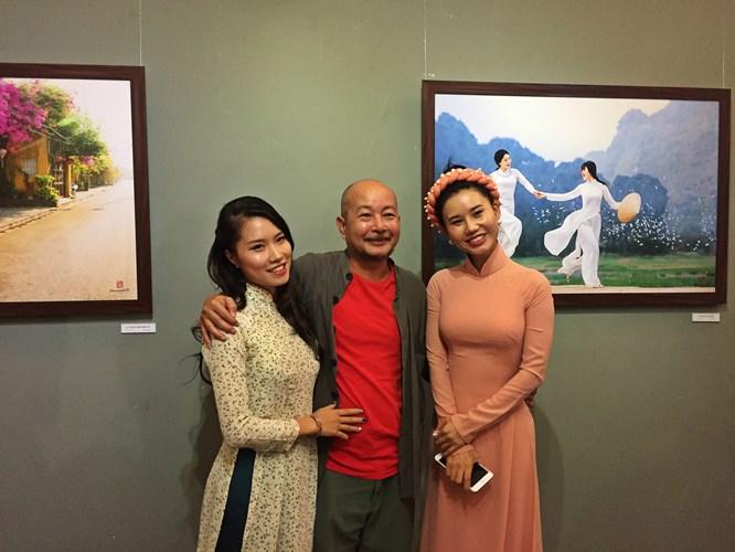 Nhiều bạn bè, đồng nghiệp của ông cũng tranh thủ góp mặt trong buổi triển lãm