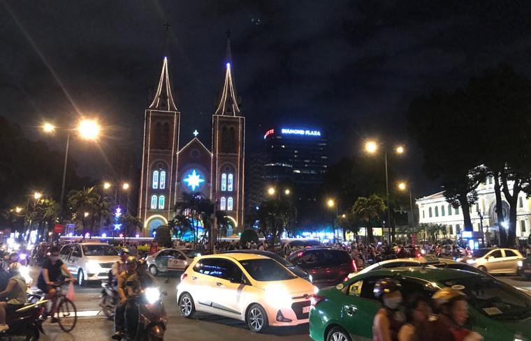 Khu vực Nhà thờ Đức Bà dù đang trong thời điểm trùng tu nhưng vẫn thu hút rất đông người dân và du khách quốc tế đến vui chơi nhân dịp Giáng sinh.