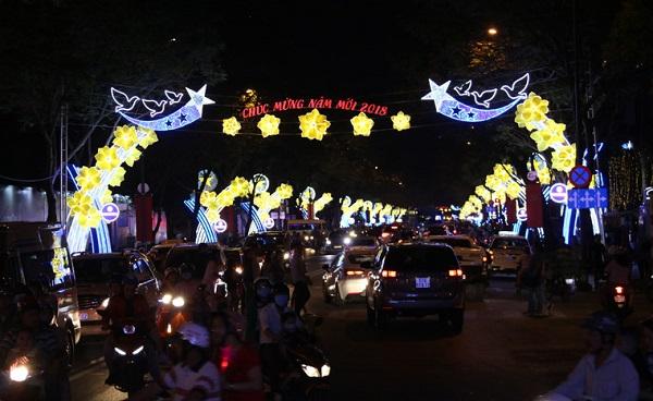 Tối 23/12, nhiều tuyến đường ở TP.HCM rực rỡ ánh đèn đầy màu sắc mừng lễ Giáng sinh và đón chào năm mới 2018.