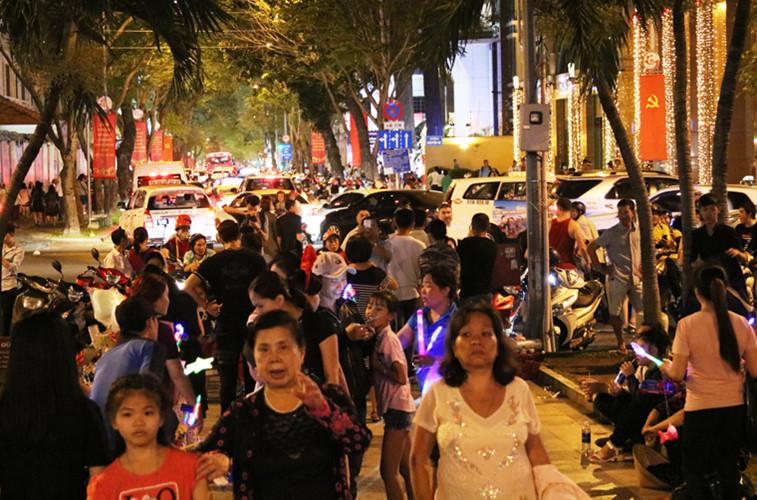 Nhiều tuyến đường ở trung tâm TP.HCM chen kín người dân từ khắp nơi đổ về dù ngày mai (24/12) mới chính thức mừng lễ Giáng sinh.