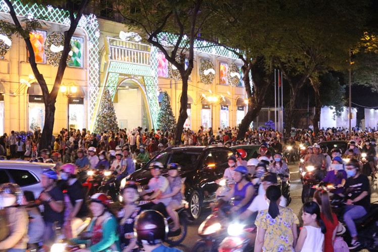 Đúng vào dịp cuối tuần, hàng vạn người dân từ khắp nơi đã đổ về khu trung tâm Sài Gòn và các điểm vui chơi giải trí, trung tâm Thương mại...để vui Giáng sinh sớm.