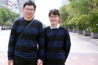 Quang Huy 19 tuổi và bạn gái hạnh phúc khi được diện áo len đôi ngày lạnh
