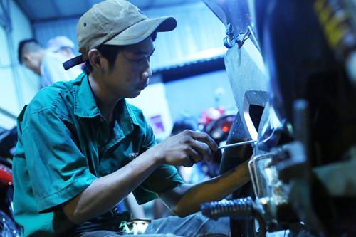Anh Nguyễn Văn Tình, một thành viên trong đội sửa xe cho biết rất vui khi được giúp đỡ mọi người ẢNH: AN HUY