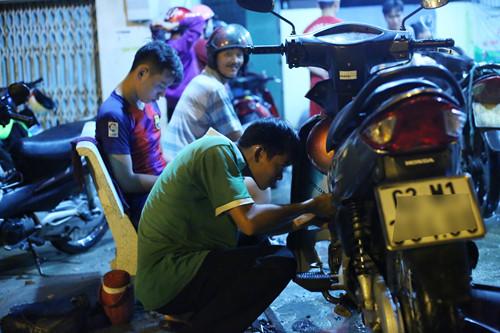 Đến nay, đội sửa xe miễn phí ngã tư Nguyễn Bình - Lê Văn Lương đã gần 10 thành viên ẢNH: AN HUY