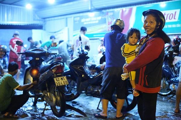 Bức xúc trước việc bà con có xe chết máy bị sửa với giá quá mắc, anh Đoàn Thành Trung đã đứng ra mượn mặt bằng cùng anh em mở điểm sửa xe miễn phí