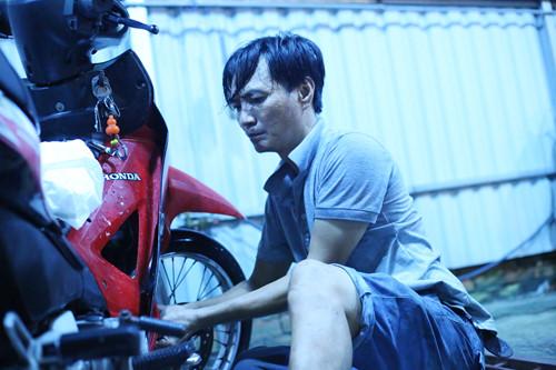 Anh Trung nhễ nhại mồ hôi sửa xe giúp bà con ẢNH: AN HUY
