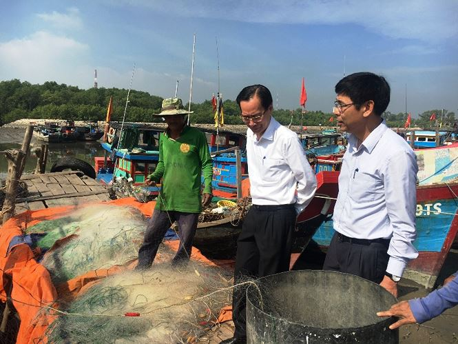 PCT UBND TPHCM Lê Thanh Liêm kiểm tra công tác chống bão ở huyện Cần Giờ.